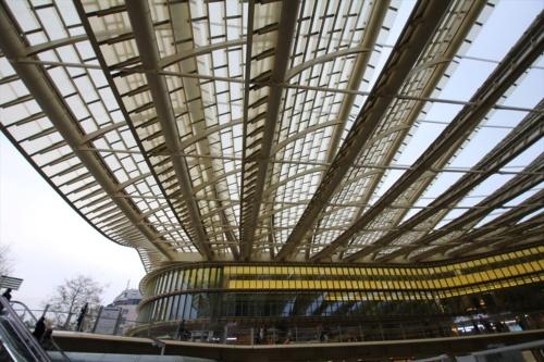 「フォーラム・デ・アル」のサンクンガーデンを覆う大屋根(写真:日経アーキテクチュア)