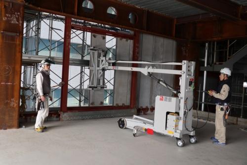 鹿島が現場導入するロボットの一例。外装材の取り付けを支援する(写真:日経アーキテクチュア)