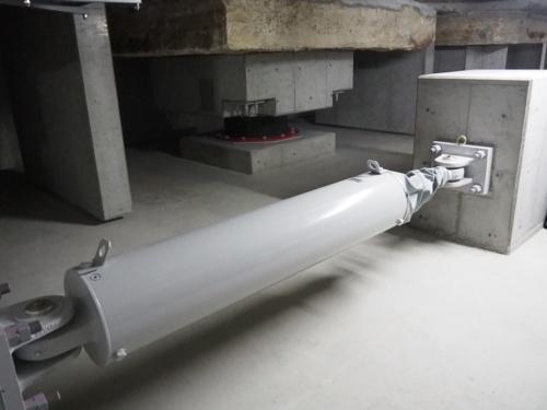 公表物件の1つである、大阪府庁本館の地下免震層に設置されたKYB製オイルダンパー(写真:日経アーキテクチュア)