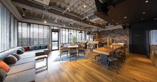 コスモスイニシアが東京都品川区で新たに始めたレンタルオフィスブランド「MID POINT(ミッドポイント)」第1号店の入居者専用のラウンジ。入居者同士の交流の場であり、コスモスイニシアなどが主催するイベントも開催する予定だ(写真:コスモスイニシア)