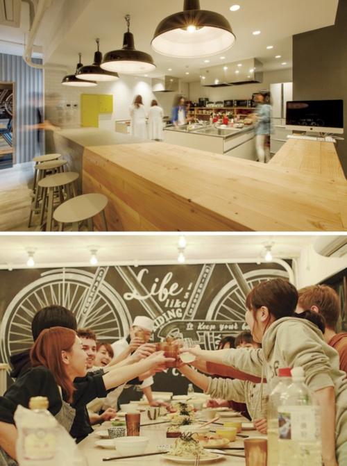 グローバルエージェンツが企画・運営を手掛ける「ネイバーズ二子玉川」のレジデンスキッチン。同社のソーシャルアパートメントの多くは、企業寮などをリノベーションしたもの。元の食堂などを活用して交流スペースをしつらえやすいからだ。共用部では、入居者が自発的に企画するイベントが頻繁に開催されている(写真:上はグローバルエージェンツ)