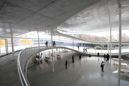 1階の「Artscience Salon(アートサイエンスサロン)」を2階から見下ろす。中央左手がメインエントランス(写真:日経アーキテクチュア)