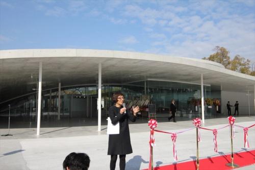竣工式で報道陣に設計趣旨を説明する妹島和世氏(写真:日経アーキテクチュア)