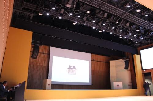 神田明神ホールの内部。着席で約400人、スタンディングで約700人を収容できる。音楽イベントの開催などに配慮して、音響や防音に力を入れた設計になっている(写真:日経アーキテクチュア)