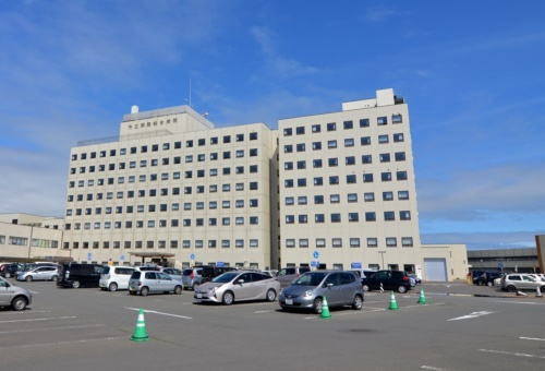 2018年7月に撮影した病院の既存棟(写真:日経アーキテクチュア)