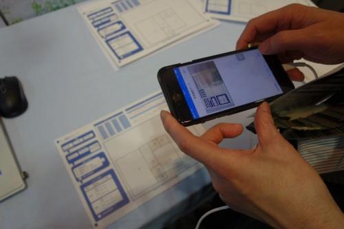 スマホの専用アプリで間取り図を撮影する。2階建て住宅では、1階と2階の間取り図を別々のシートに描く(写真:日経ホームビルダー)