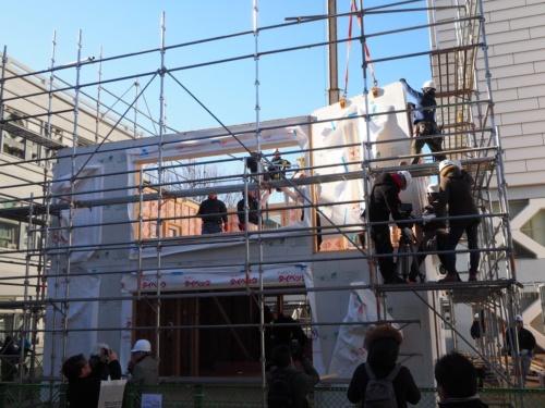 ウッドステーションが主催した、木造大型パネルの施工実験。早稲田大学の西早稲田キャンパス内に、2階建ての木造戸建て住宅を建築した。写真の状態に至るまでに、2時間もかかっていない(写真:日経ホームビルダー)