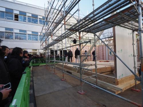 木造大型パネルを使った戸建て住宅の施工実験に、多くの人が見入っていた。実験は、公開方式でウッドステーションが行った(写真:日経ホームビルダー)