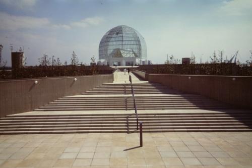 1989年開園当時の葛西臨海水族園。ゲート広場から施設を望む。開園直後はあまりの人気ぶりに長蛇の列が続き、90年の年間利用者数は約377万人にも上った(写真:三島 叡)