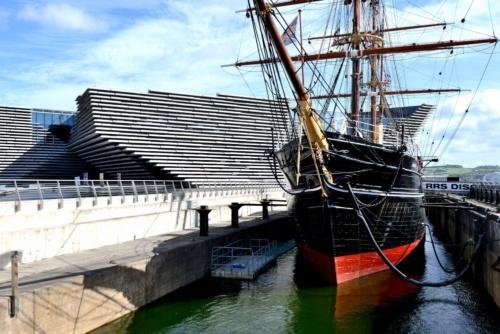 英国ダンディー市に完成したV&Aダンディー美術館。北海へと流れるテイ川の河口沿いに立つ。手前に停泊保存されているのは、英国で最後に建造されたという3本のマスト船(写真:武藤 聖一)