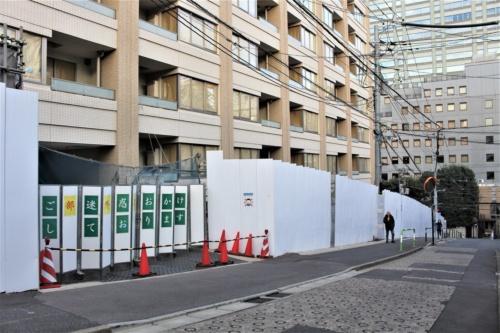 東京都文京区小石川に立つ分譲マンションで裁判の争点となった車庫の出入り口。1階駐車場の床面と前面道路には2.5mの高低差があり、1審では同駐車場が避難階であると認められなかった。建築主側は2審で「避難階の性能を満たす」と訴えたが、東京高裁は避難階の規定について「性能規定ではない」と指摘。控訴を棄却した(写真:日経アーキテクチュア)