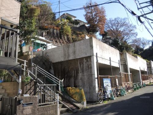 行政代執行後の現場を前面道路の北側から見た様子。4棟の地下車庫のコンクリート工事が終わり、土留め壁工事が途中で止まっている。2018年12月に撮影(写真:日経ホームビルダー)