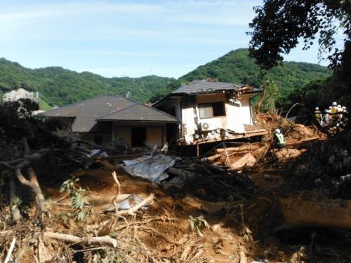 2018年7月の西日本豪雨で崖崩れが発生した門司区奥田の被害現場。市街化区域だが、土砂災害防止法の土砂災害警戒区域に指定されていた。急傾斜地の崩落で住宅2棟が全壊し、住民2人が死亡、1人が重傷を負った(写真:北九州市)