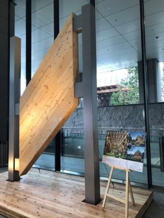東京・大手町の大手町パークビル1階に展示しているCLT梁のモックアップ。パビリオン棟で用いるものと同じようにつくられた原寸大模型。1枚のパネルは縦約3.5m×横約2mのサイズで、実際の建物ではこのユニットが5段積み重なる(写真:日経アーキテクチュア)