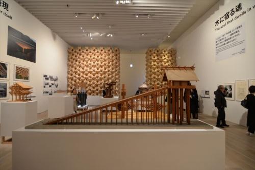 東京都港区の森美術館で2018年4月25日~9月17日まで開催された「建築の日本展:その遺伝子のもたらすもの」の会場風景。当初予想の2倍の約54万人を動員した。写真手前は、古代出雲大社本殿の50分の1模型(写真:日経アーキテクチュア)