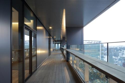 5~20階のオフィスフロアでは、各階に「グリーンテラス」を設置した。働く人たちの憩いの空間として使うだけでなく、コミュニケーションを生む場として活用されることも期待しているという(写真:東急不動産)