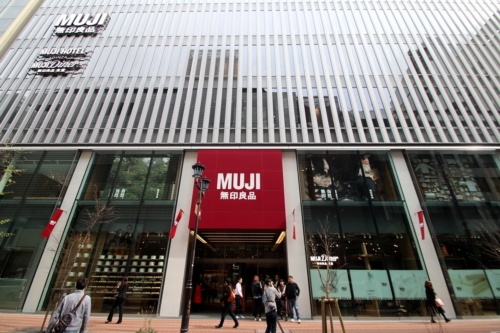 東京・銀座で開業を迎えた「読売並木通りビル」の外観。建物には、「無印良品 銀座」「MUJI HOTEL GINZA」「MUJI Diner」が入っている(写真:日経アーキテクチュア)
