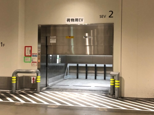 死亡事故が発生した豊洲市場の水産仲卸売場棟1階の荷物用エレベーター。運搬車「ターレ」を運転中の男性が、閉まりかけていた扉とターレ座席の背もたれに挟まれて頭部やあごを強打。搬送先の病院で、約5時間後に死亡が確認された(写真:東京都中央卸売市場)