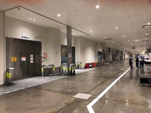 死亡事故が発生した荷物用エレベーター付近の様子。ターレ進行方向の動線に対して、エレベーターは横向きの配置になっている。ターレがエレベーターに乗り入れる際はカーブして進入する必要がある(写真:東京都中央卸売市場)