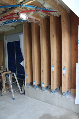 ベースセッターは、基礎と耐力壁化する構造材を緊結する柱脚金物。この現場にはベースセッターによる耐力壁を5枚設置した。壁材の幅は450mmで、広く流通している梁材を使う(写真:日経 xTECH)