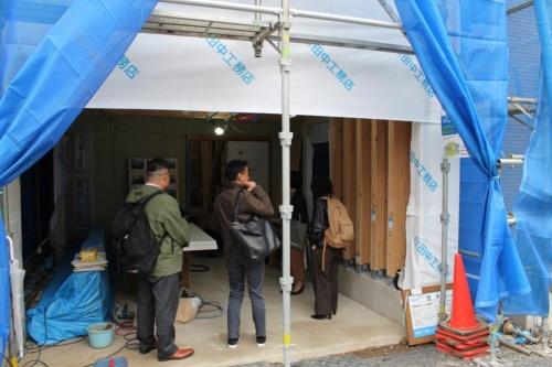 開口幅は約3.5m。ベースセッターによる耐力壁は、1枚ずつ独立配置できるので、門型フレームのように対となる柱などが不要。この住宅では写真右手にベースセッターによる耐力壁を5枚、左手には105mm角の柱を設けているが、この柱は間口方向の水平力を負担しない(写真:日経 xTECH)
