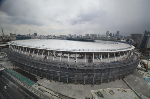 2019年4月1日に撮影された新国立競技場。写真左手前が西方向、右奥が東方向。日本スポーツ振興センター(JSC)によれば、外装、内装とも7割方進んでいるという(写真:⼤成建設・梓設計・隈研吾建築都市設計事務所JV作成/JSC提供)