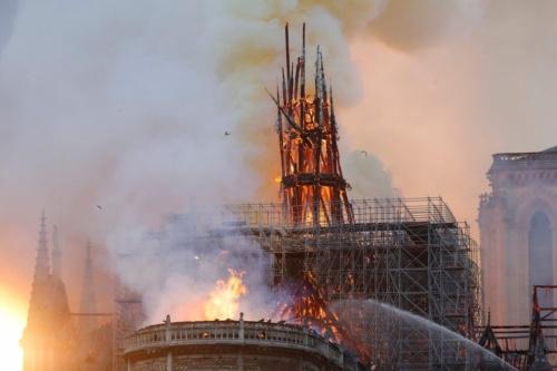 炎に包まれたノートルダム大聖堂。高さ90mの尖塔と屋根が焼け落ち、ゴシック様式を代表する歴史的建造物の一部が失われた(写真:AFP/アフロ)