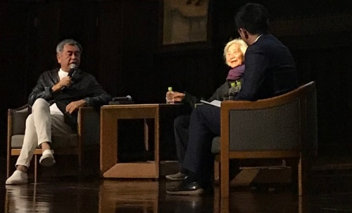 2020年3月に東大教授を退職する隈研吾氏(左)が、2019年4月から10回に及ぶ最終連続講義を開催。1回目のゲストは隈氏の大学院時代の恩師である東大名誉教授の原広司氏(中央)と、隈氏と親交が深い東大助教のセン・クアン氏(右)(写真:日経アーキテクチュア)