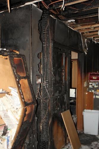 出火住宅の1階。中央にある間仕切り壁を中心に約45m2が燃えた。出火当時、住民は不在だった。写真は住民の許可を得て撮影(写真:日経 xTECH)