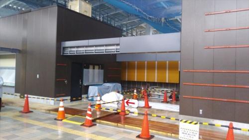 南町田駅の南北自由通路に面した改札口付近の施工状況(写真:日経 xTECH)