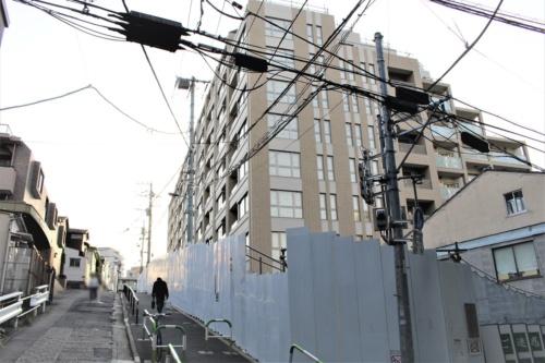 建築確認が取り消されて塩漬けになっている分譲マンション「ル・サンク小石川後楽園」。建築主はNIPPOと神鋼不動産だが、2019年5月9日にNIPPOのみが東京都を相手取り国家賠償法に基づく損害賠償請求の訴えを提起した(写真:日経アーキテクチュア)