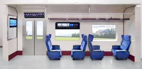 AGCが考える電車社内のデジタルサイネージ。これまでは液晶ディスプレーを使用した製品の開発が中心だったが、2023年ごろには有機ELディスプレーを組み込んだ製品を実用化する