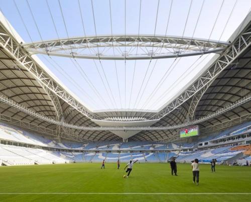 カタール東部でオープンしたサッカースタジアム「アル・ジャノブ・スタジアム」。フィールドから見上げる(写真:Hufton+Crow)