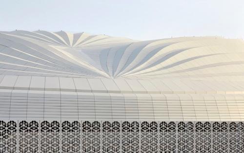 プリーツ状に折り重なるPTFE(四フッ化エチレン樹脂)を使った屋根。下のパネルには、アラビアの文様やカリグラフィーを参考とした幾何学模様を施し、デザイン性を高めた(写真:Hufton+Crow)