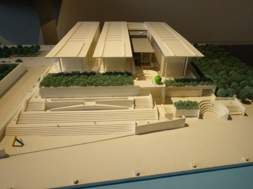 ギャラリーに展示されている兵庫県立美術館の全体模型。中央やや右の茶色の部分が増築部(写真:日経アーキテクチュア)