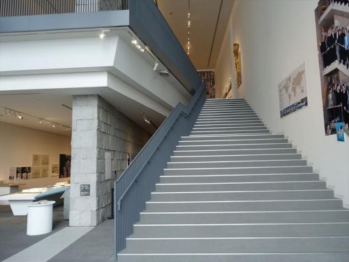 展示スペースは2階と3階の2フロア。2階東側の階段を見る(写真:日経アーキテクチュア)