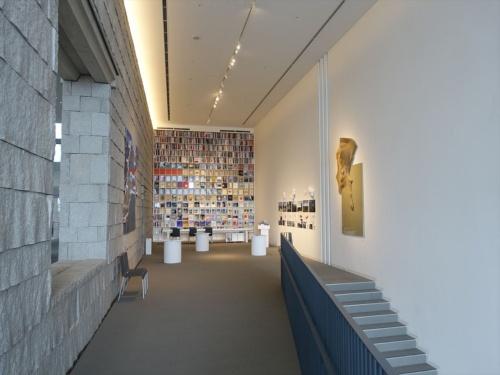 階段を上った3階東側。左手の壁は既存の壁。2階と3階の床は、この壁を利用して新たに架けた(写真:日経アーキテクチュア)