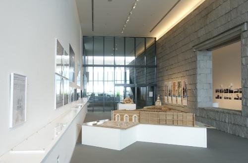 3階西側。手前が「プンタ・デラ・ドガーナ」(2009年)、奥が工事中の「ブース・デ・コマース」の模型(写真:日経アーキテクチュア)