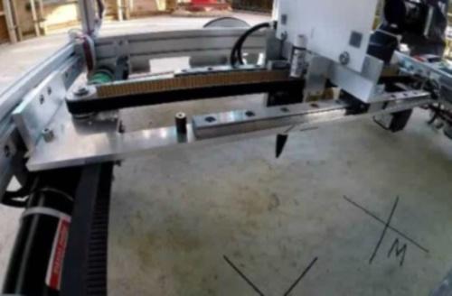 OAフロアの脚や間仕切り壁などの位置を、ロボットに搭載したペンによって自動で床に描いていく。壁の付近や段差などの障害物がある場所の墨出しは難しいため、職人が対応する(写真:竹中工務店)