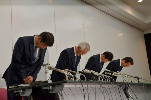 2019年5月29日、レオパレス21が会見を開いた。左から順に、取締役常務執行役員(会見時、以下同)の宮尾文也氏、代表取締役社長の深山英世氏、施工不備問題緊急対策本部責任者の蘆田茂氏、同部副責任者の平坂弘幸氏。深山氏は、「報告書はその通りだと思う。だが、自分の思いは若干違う」と弁明した(写真:日経アーキテクチュア)