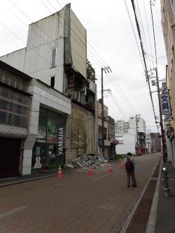 北海道胆振東部地震直後のサトウビルの様子。鉄骨造4階建てで、東側の外壁が前面道路に落下した(写真:室蘭市)