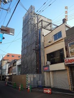 北海道室蘭市が応急対策をした後のサトウビルの様子。外壁や外装材の落下で露出した部分や開口部などを塞いでいる(資料:室蘭市)