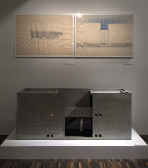 会場入り口には初期の代表作である「住吉の長屋」の原図と模型を展示(写真:長井 美暁)