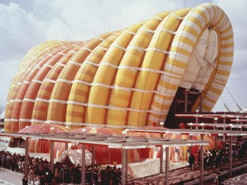 1970年の大阪万博に設置した「富士グループパビリオン」の外観。村田豊氏(1917~88年)が設計した。室内外の気圧差を必要としない空気膜アーチ構造を採用した(写真:川口衞構造設計事務所)