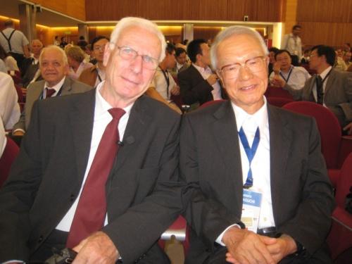 世界の著名な構造家たちと親交があった川口氏。写真左は、ドイツ人構造家のヨルグ・シュライヒ氏(写真:川口 健一)