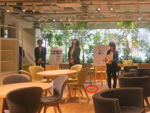 協創空間「point 0 marunouchi(ポイント ゼロ マルノウチ)」の入り口側から見た部屋の様子。床の赤色の丸印は、床下空調の通気口(写真:日経アーキテクチュア)