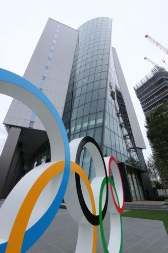 「ジャパン・スポーツ・オリンピック・スクエア」を足元から見上げる。発注者は日本スポーツ協会と日本オリンピック委員会。設計は三菱地所設計が手掛けた。3次元曲面のファサードで、スポーツの「動き」を表現した(写真:日経アーキテクチュア)