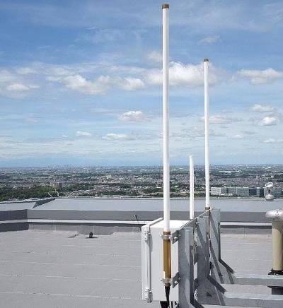 三井ガーデンホテル 柏の葉の屋上に設置したLoRaWANのアンテナ(写真:三井不動産)