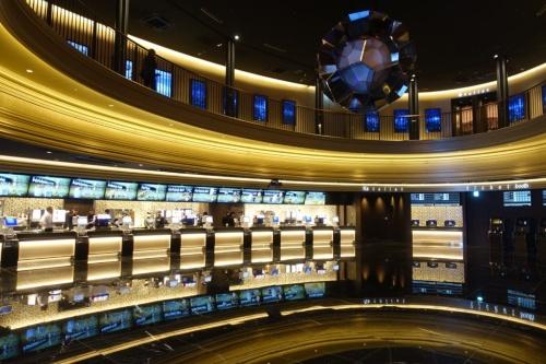 シネマコンプレックス「グランドシネマサンシャイン」の4階エントランスロビー(写真:日経アーキテクチュア)