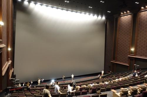 国内最大のスクリーンを備える「IMAXレーザー/GTテクノロジー」シアター。スクリーンは高さ18.9m、幅25.8m(写真:日経アーキテクチュア)
